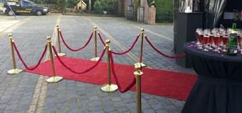 6 Goudkleurig afzetpaaltjes met rode loper